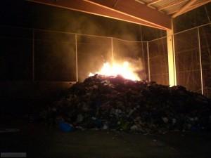 F_Müll Container es brennt auf dem Recyclinghof