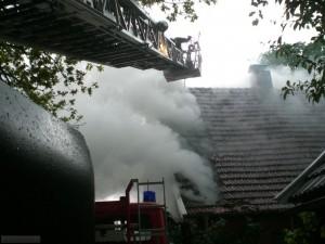 F_Dach brennt Dachstuhl